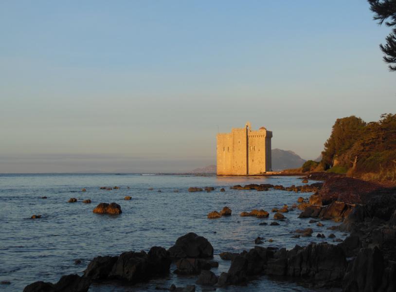 altes Kloster im Morgenlicht