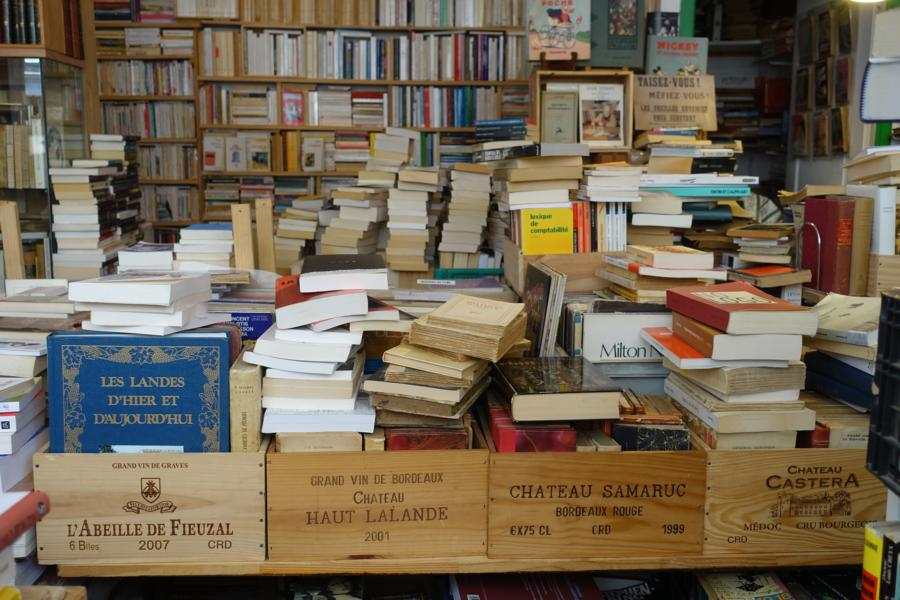 Bücher in Weinkisten