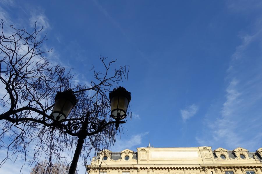 der blaue Himmel über Paris